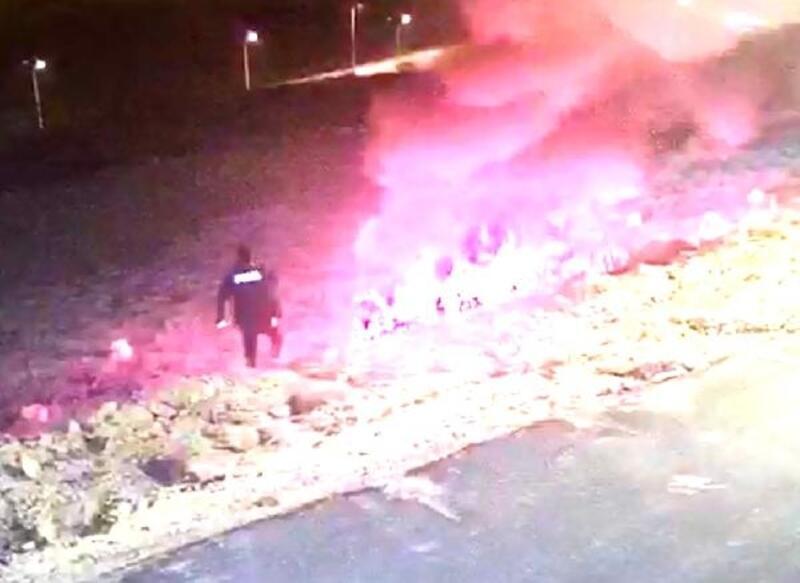 Polisler, yanan aracın yanındaki sürücüyü çekerek kurtardı