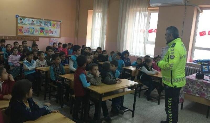 Polisten, ilkokul öğrencilerine trafik eğitimi