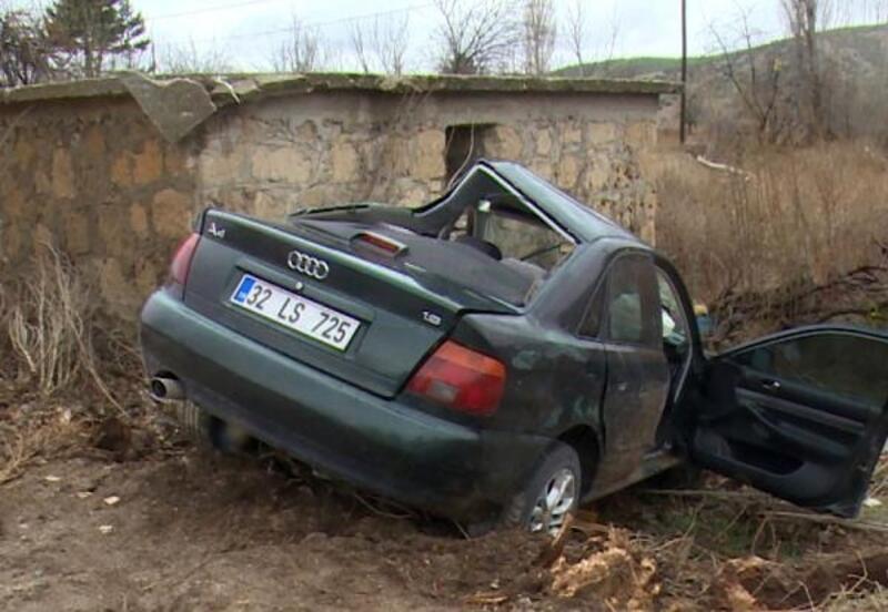 Otomobil beton kulübeye çarptı
