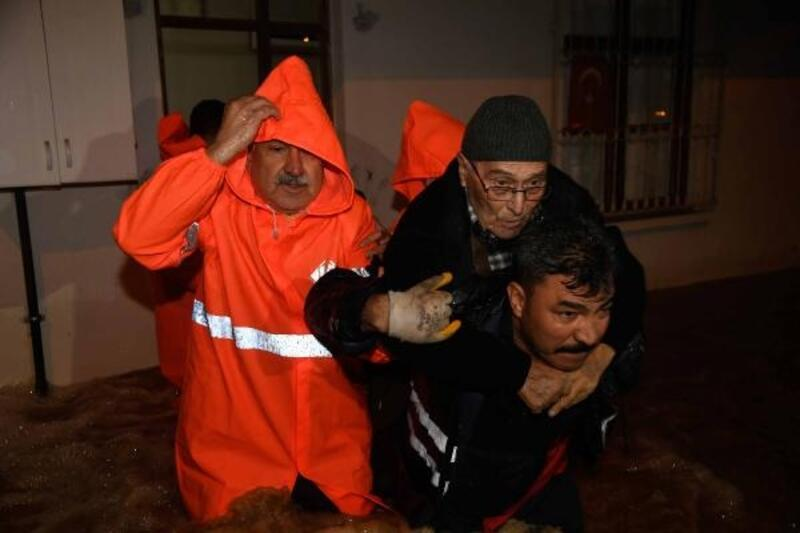 Başkan Karalar, selden mağdur olan vatandaşların kurtarılması operasyonlarına katıldı