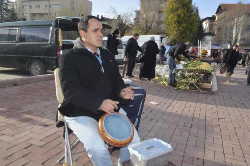 Görme Engelli Mesut, sokakta müzik yaparak mutlu oluyor