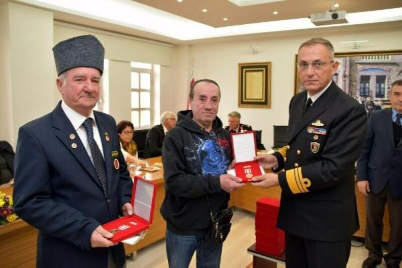 Foça'daki Kıbrıs gazilerine madalya ve beratları törenle dağıtıldı