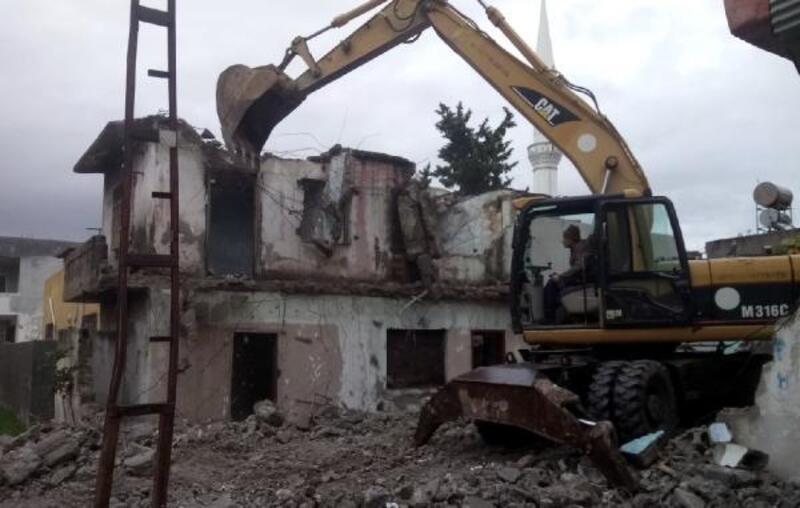 Akdeniz'de tehlike yaratan metruk binalar yıkılıyor