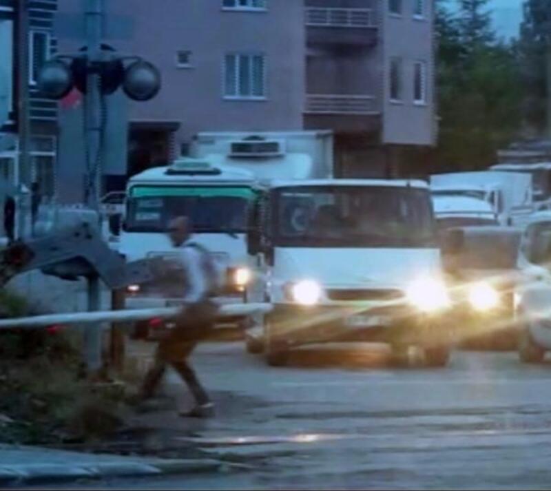 Hemzemin geçitteki bariyeri söküp, yolcu minibüsünü raylardan geçiren sürücüye ceza