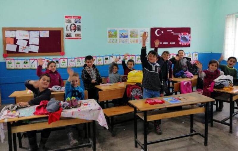 Köy okuluna giysi yardımı