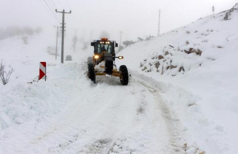 Antalya'da kardan kapanan yollar açıldı