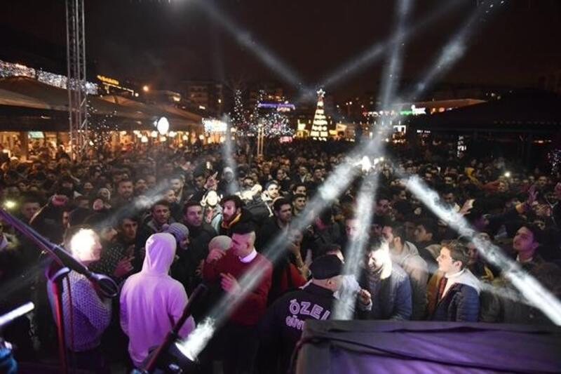 Bursalılar yeni yıla müzik ve dansla girdi
