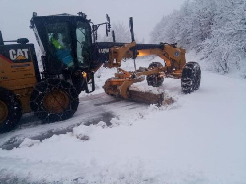 Bursa Büyükşehir Belediyesi ekipleri karla kapanan yolları açtı