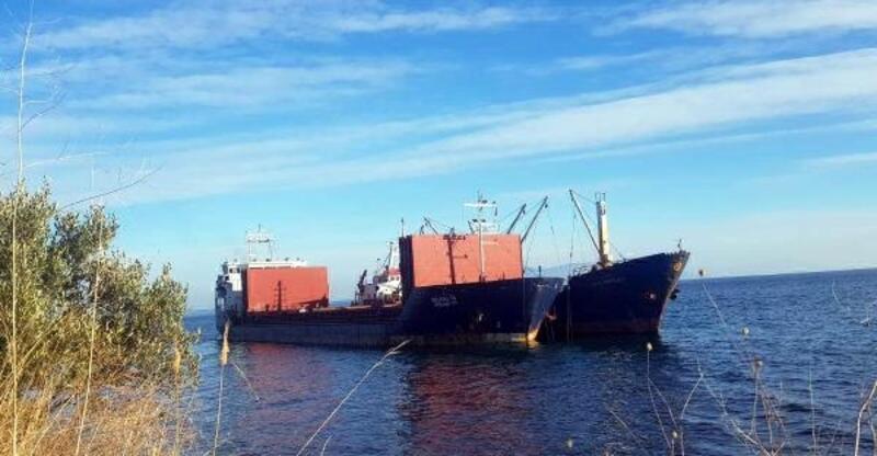 Şarköy'de karaya oturan geminin yükü başka gemiye aktarılıyor