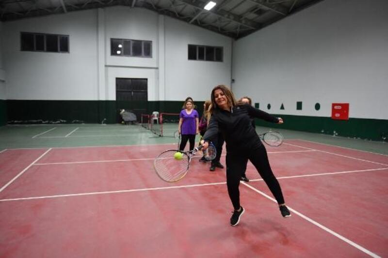 Belediye personeline kort tenisi kursu