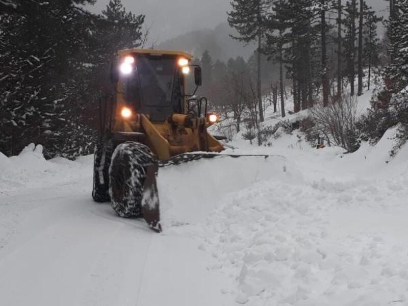 Büyükşehir Belediyesi ekipleri kar yağışından dolayı kapanan yolları ulaşıma açtı