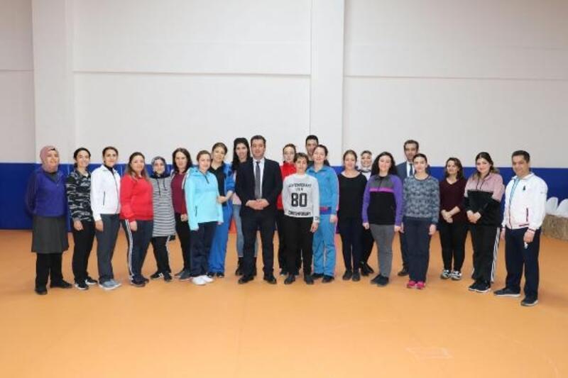 Sivas'ta öğretmenler halk oyunları öğreniyor