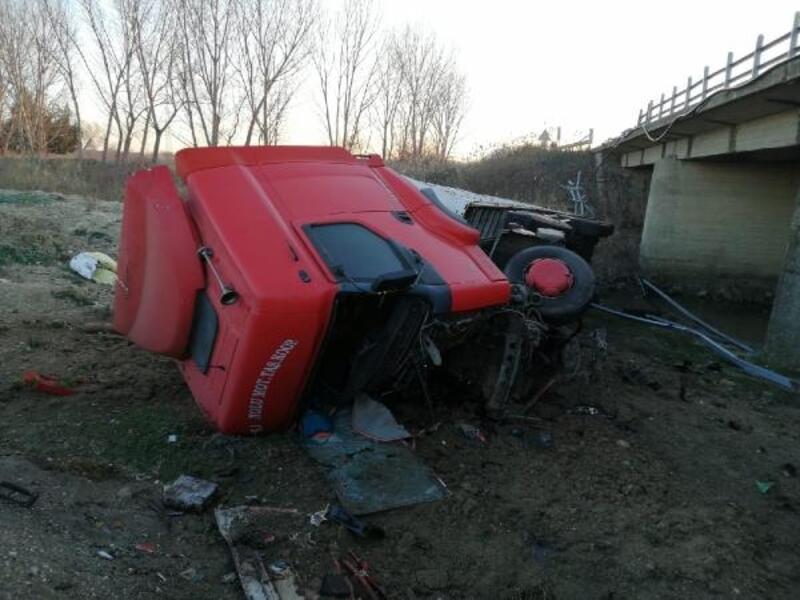 Köprüden düşen TIR'ın sürücüsü yaralandı