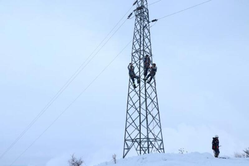 Enerji ekipleri, zorlu kış şartlarında görev başında