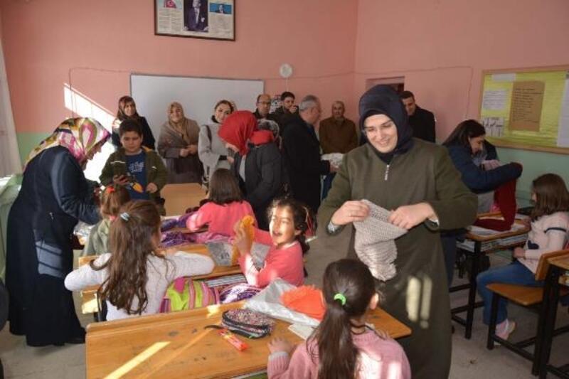 Suşehri'nde öğrencilere atkı ve bere dağıtıldı