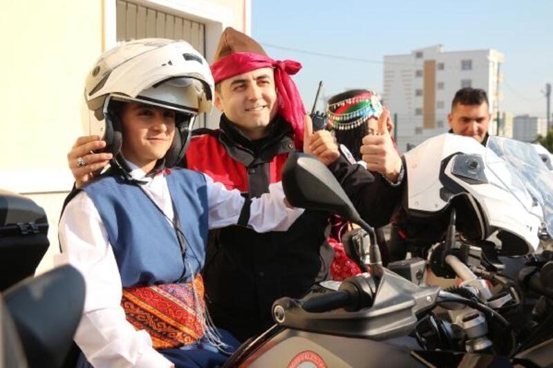 Polis eşleri, öğrencilere folklor kıyafeti hediye etti