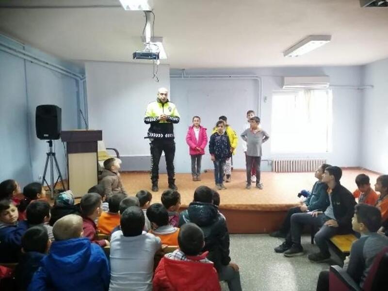 Öğrencilere trafik dedektifi eğitimi verildi