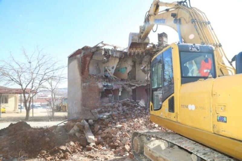 Elazığ'da metruk yapılar yıkılıyor