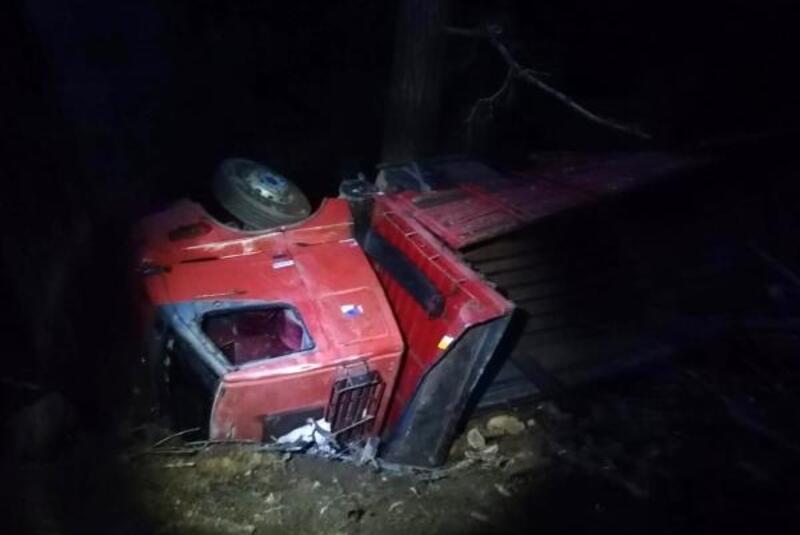 Gazipaşa'da tomruk yüklü kamyon devrildi: 1 yaralı