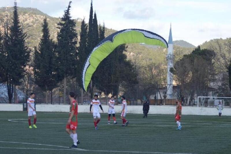 Maç sırasında yamaç paraşütüyle sahaya indi