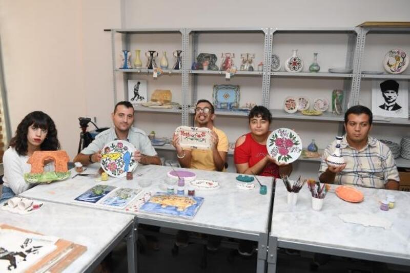 Engelli gençler, seramik atölyesi ile sosyalleşiyor