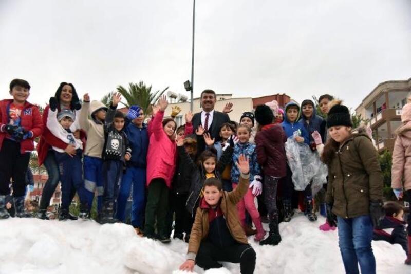 Anamur'da çocuklara kar topu hediyesi