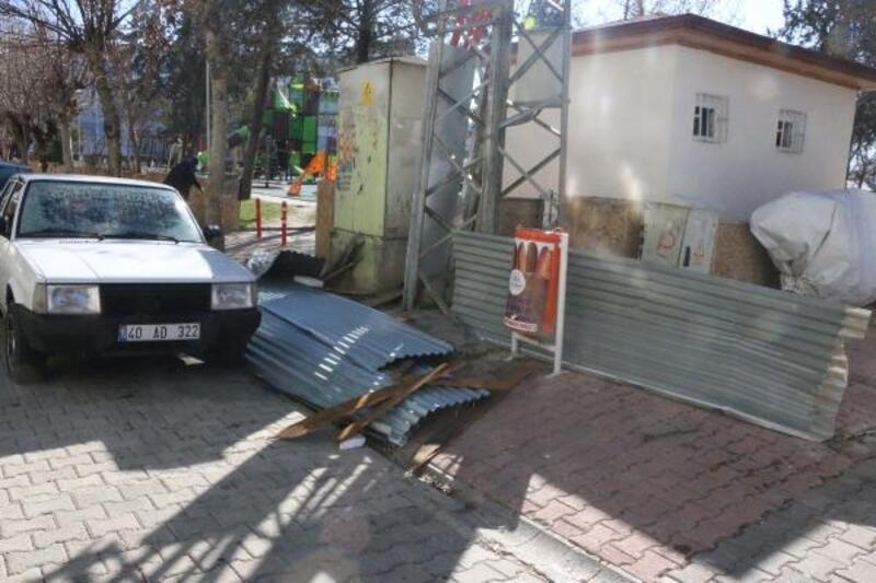 Adıyaman'da fırtınanın uçurduğu çatı 3 otomobile zarar verdi
