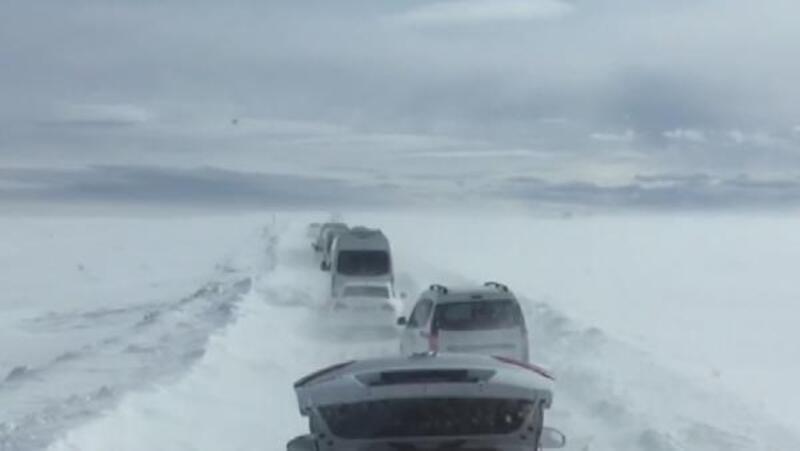 Kayak merkezinden dönerken tipi nedeniyle mahsur kaldılar