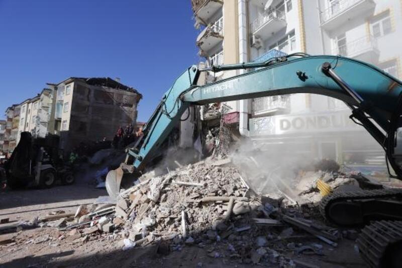 Elazığ'da çöken iki binada arama çalışmaları sürüyor