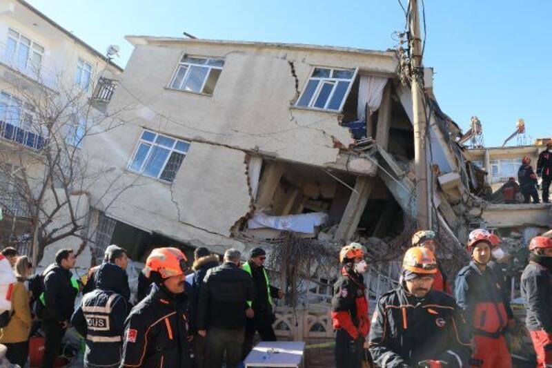 Elazığ'daki depremde 22 kişi öldü, 40 kişi enkaz altından kurtarıldı
