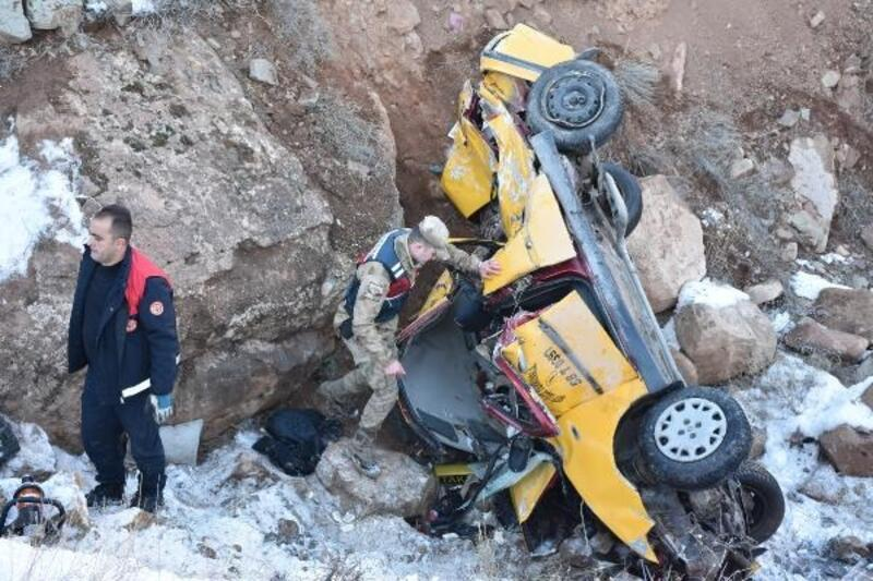 Sivas'ta, taksi şarampole devrildi: 2 ölü, 1 yaralı