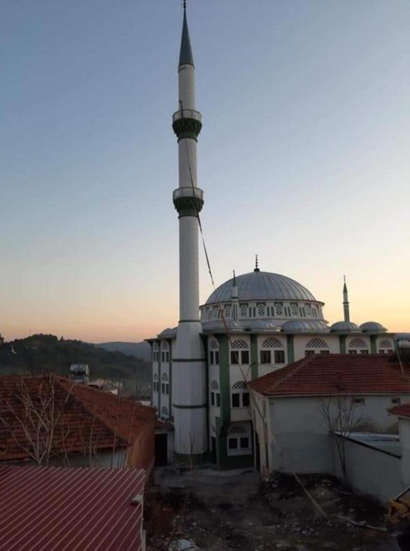 Hasar gören cami minaresi yıkıldı