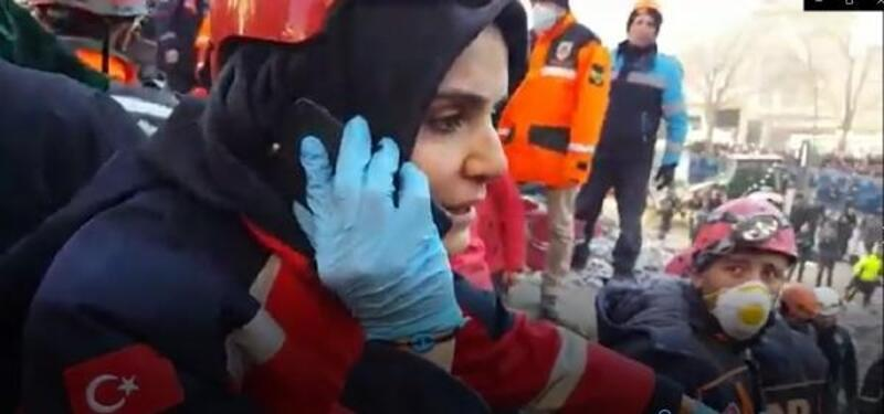 Umke görevlisi, enkaz altındaki Azize ile telefon bağlantısı yaptı