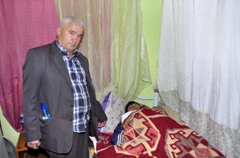 Akrabalarının sahip çıkmadığı yaşlı adamın bakımını komşusu yapıyor