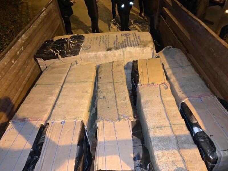 Traktör römorkunda 9 bin paket kaçak sigara ele geçirildi