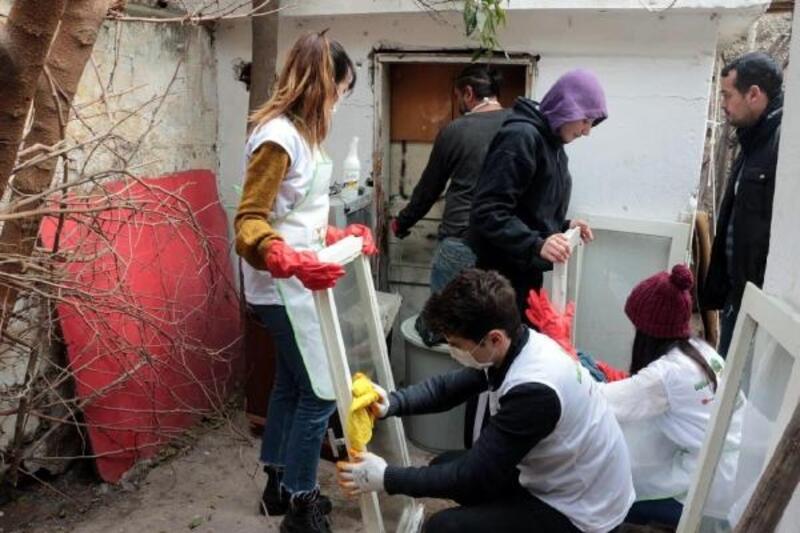Doğa için temizle ailesi, ihtiyaç sahibi bir ailenin evini onardı