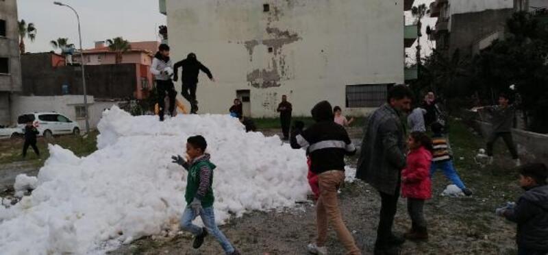 Çocuklara kamyon dolusu kar