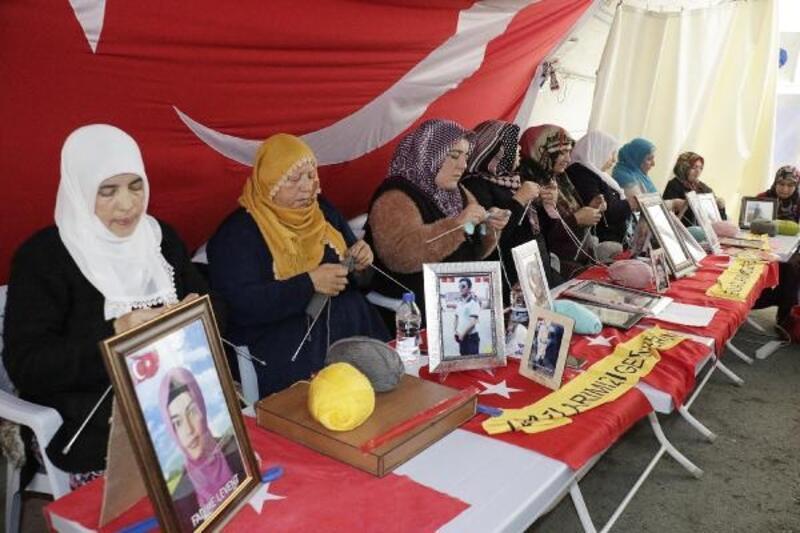 HDP önündeki aileler, depremzedelere atkı örüyor