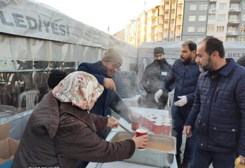 Yüreğir Belediyesi'nden depremzedelere sıcak çorba