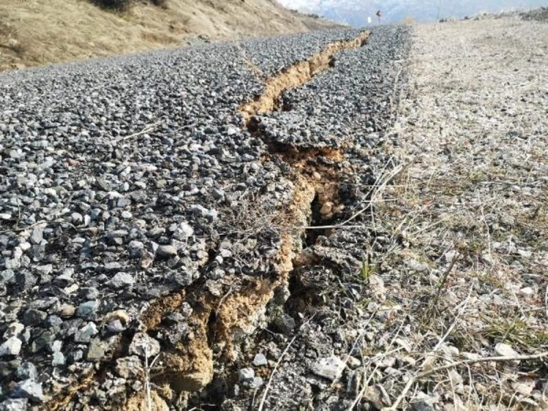 Depremde Sivrice'deki köy yollarında dev yarıklar oluştu