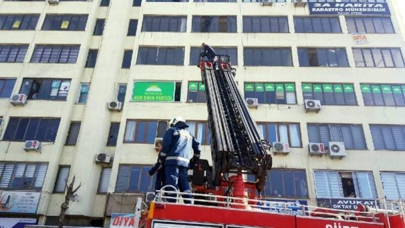 6'ncı katta intihara kalkıştı, polis ikna etti
