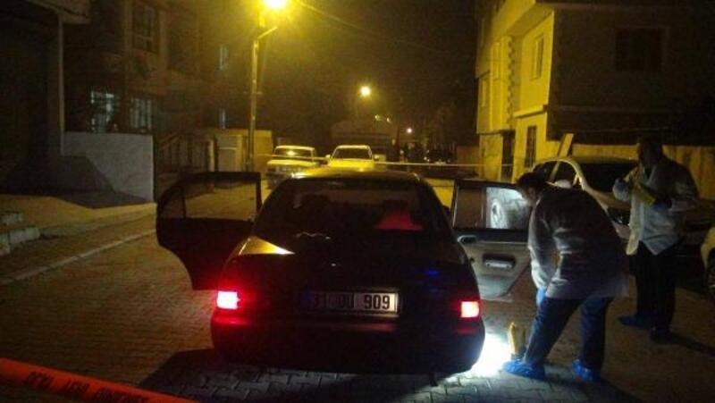 'Dur' ihtarına uymayan ve bekçilere ateş edilen otomobil, polis memuruna çarptı