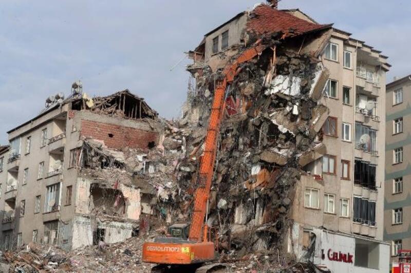 Elazığ'daki riskli binanın yıkımı sürüyor