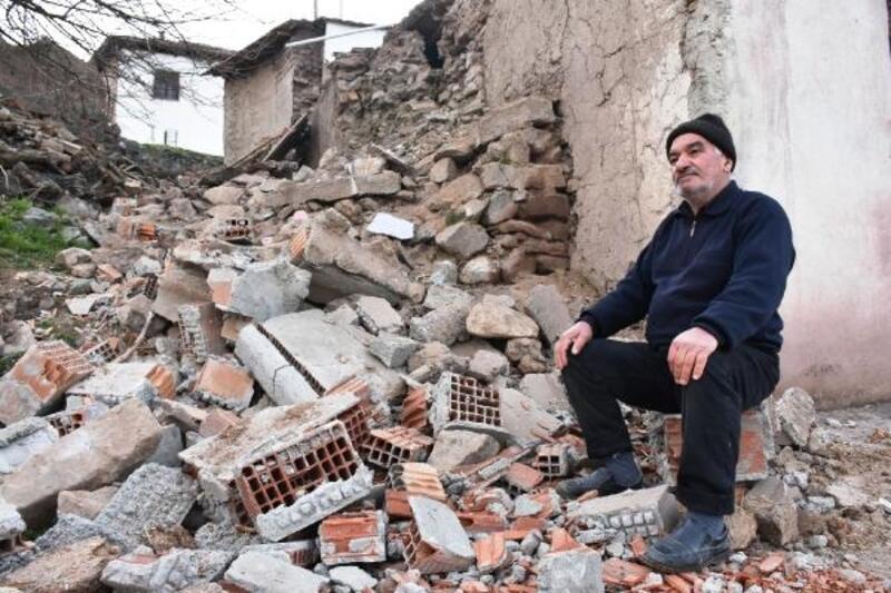 Malatya'nın Kale ilçesinde de deprem hasara yol açtı