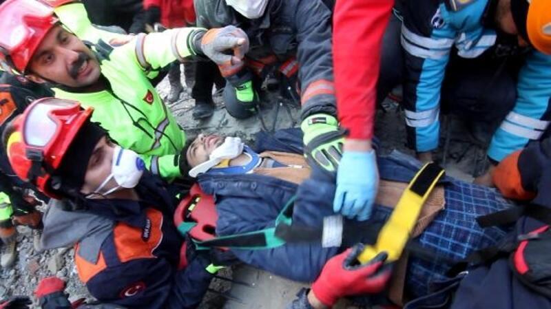 AFAD ekibi depremden 17 saat sonra kurtardıkları aileyi ziyaret etti