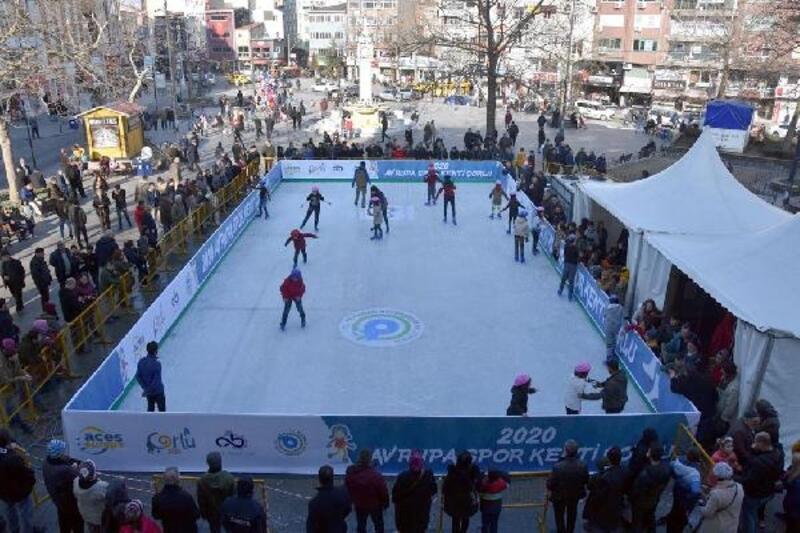 Çorlu'da tatildeki öğrenciler için buz pateni pisti kuruldu