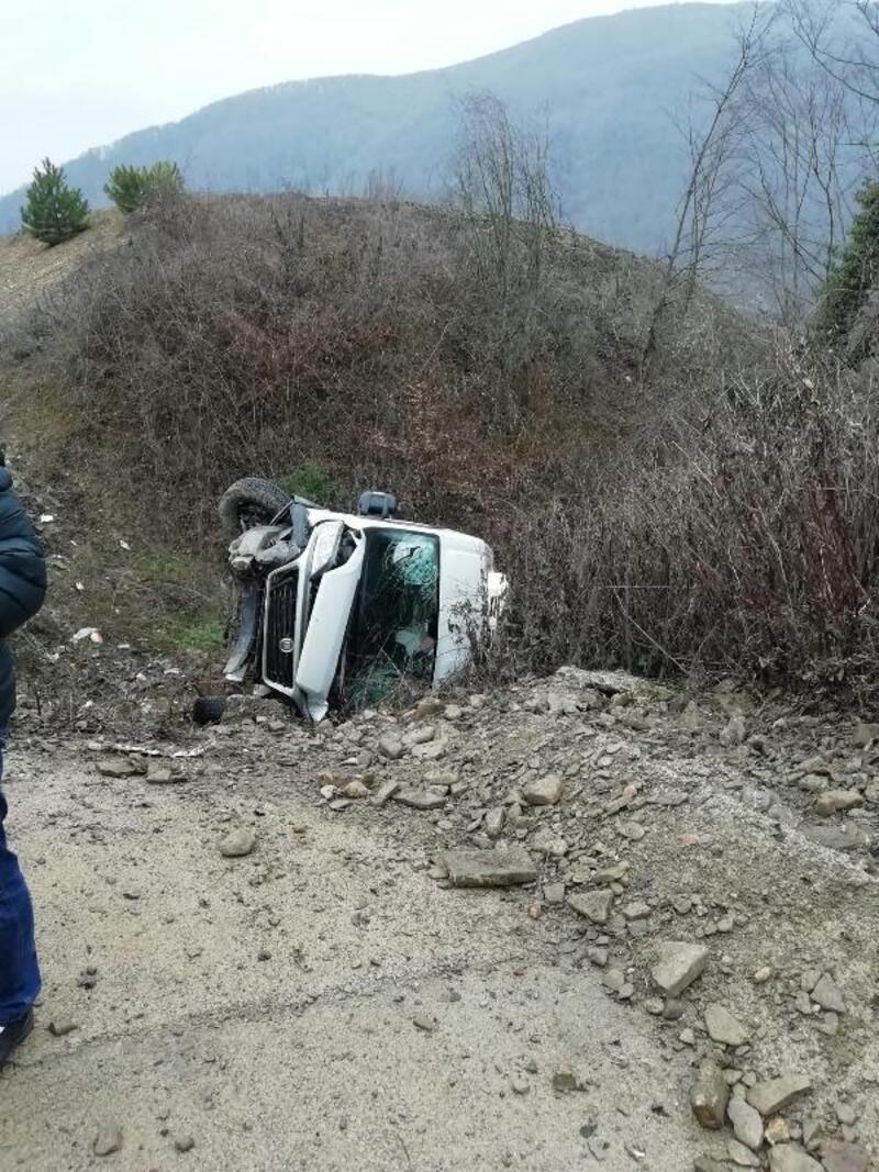 Minibüs devrildi: 2 yaralı