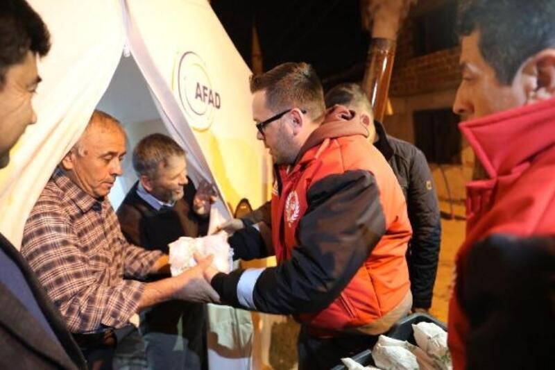 Akhisar Belediyesi, çadırdaki depremzedelerin ihtiyaçlarını karşılıyor