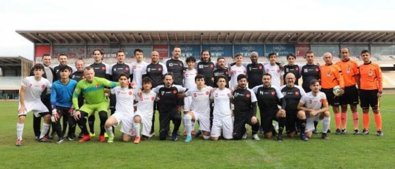 Suriyeli gençler, eski futbolculara gösteri maçı yaptı