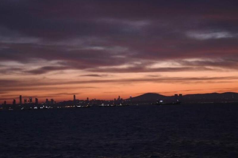 İstanbul'da gün doğumu gözyüzünü kızıla boyadı